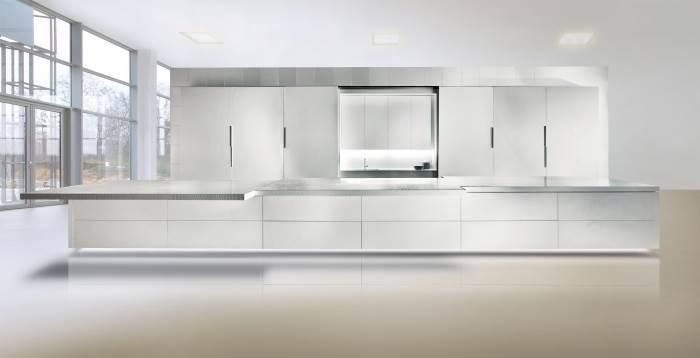 כל המטבח, המחופה אבן קיסר, הוא בעל מנגנון חשמלי וכל פרט בו החל מן הברז, הארונות ועד משטח העבודה נפתחים בשלט רחוק. 750 אלף ¤ והוא שלכם. מטבחי רגבה