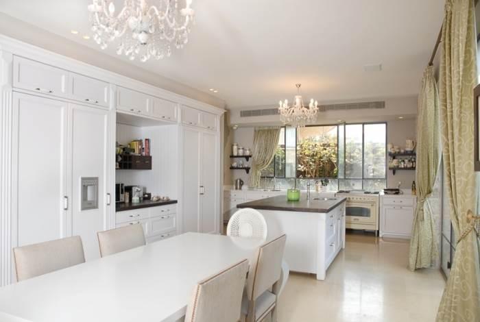 מטבח בסגנון אנגלי קלאסי עם דלתות הצבועות בצבע אפוקסי לבן. 220 אלף ¤ במטבחי חמד