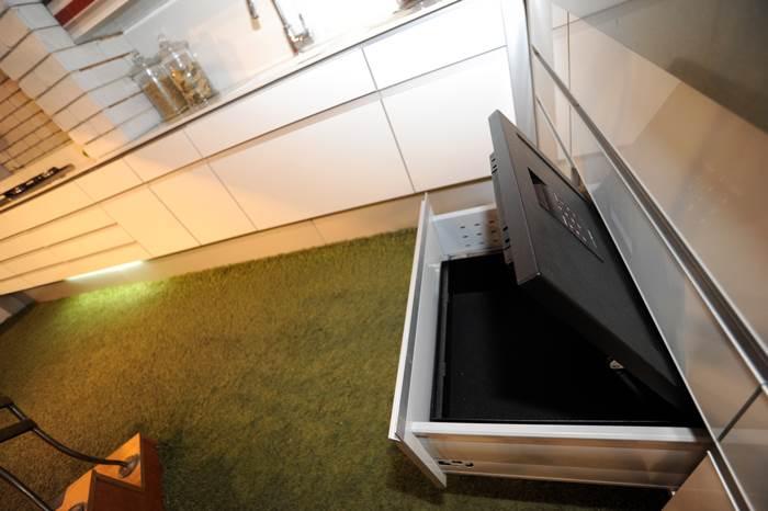 בגדר מותרות? כספת סודית בתוך ארון המטבח   מחיר: 1,950 שקלים, ברשת טופז ארט (צילום: יח
