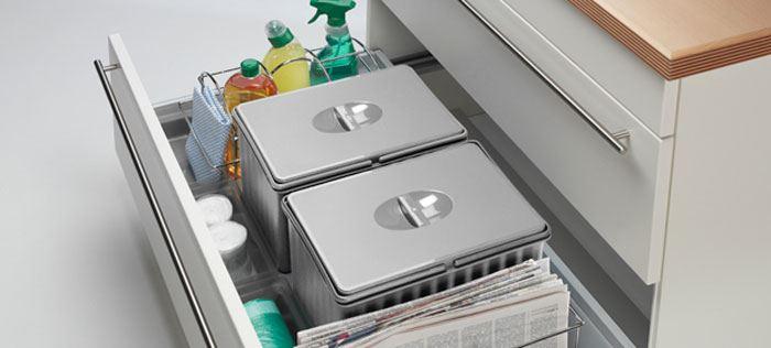 פתרונות אסתטיים גם באזור הניקיון של המטבח עם מגירות כיור ופחים נשלפים