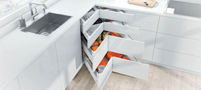 גם את פינות המטבח אפשר לנצל לשטח אחסון נוח ונגיש- מגירות פינה בחברת
