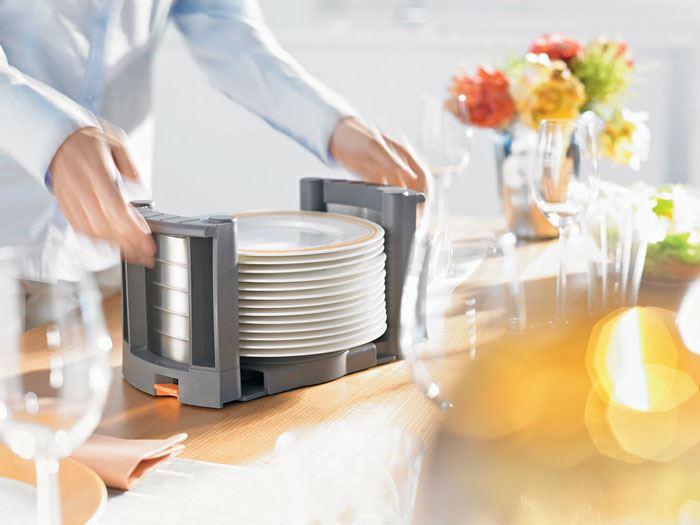 מתקני ארגון המגירות נשלפים בקלות ועוזרים לסידור שולחן במהירות וביעילות