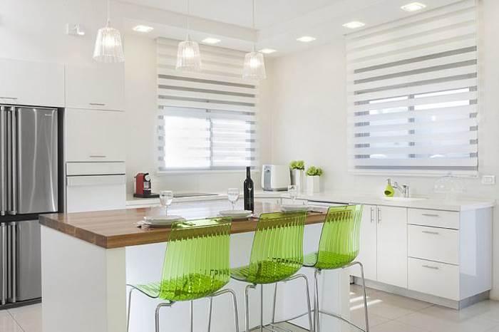 וילון סטריפ המשתלב במטבח לבן בעיצוב ליאת הראל