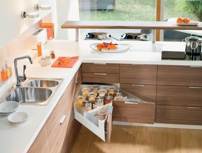 פתרון חכם השומר על עיצוב המטבח ומוסיף מקום אחסון נוסף. מגירת הפינה של Blum