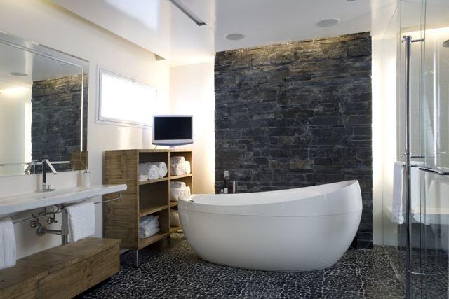 """""""מומלץ לשמור על תאורה בהירה באזור המראה כדי שיהיה קל להתגלח או להתאפר"""", חדר אמבטיה בעיצוב אדריכלית הפנים ענבל ברקוביץ"""