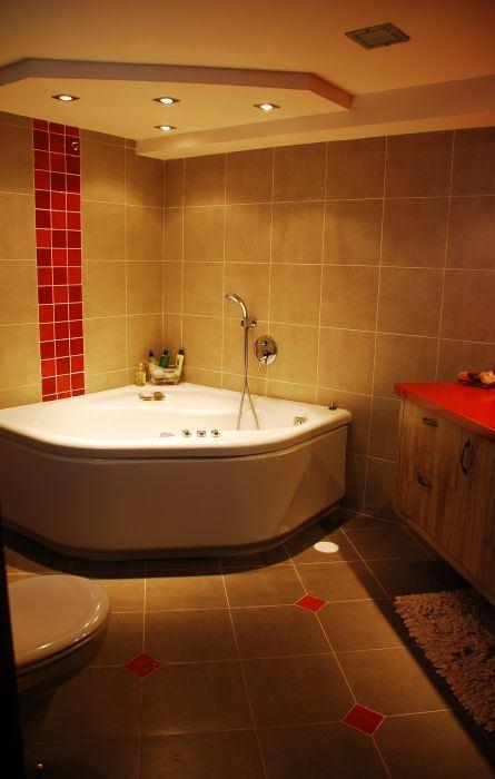 """""""בשיפוץ מומלץ להחליף את הצנרת, בעיקר אם היא מעל 10 שנים"""", חדר אמבטיה בתכנון אדריכלית הפנים ענת פרידמן"""