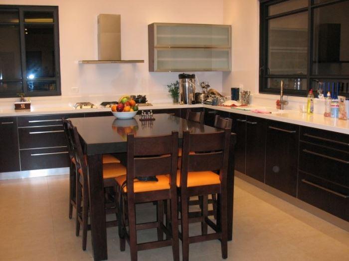 חשוב לראות כיצד כל הרהיטים בפינת האוכל מתחברים ומשלימים, מטבח בעיצובה של אדריכלית הפנים ליאת הראל