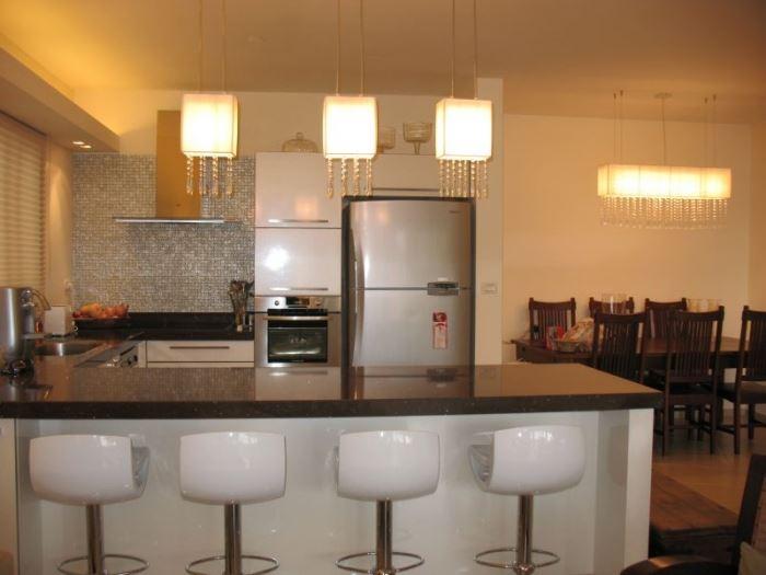 שידת האירוח צריכה להיות קרובה לשולחן האוכל, כדי שיהיה קל להעביר את הכלים ממנה אל השולחן, מטבח בעיצובה של אדריכלית הפנים ליאת הראל