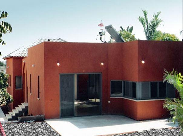 רצוי להצטייד בהמלצות מחברים על בעלי המקצוע שצבעו את ביתם, בית בתכנון אדריכלי של Kalidesign