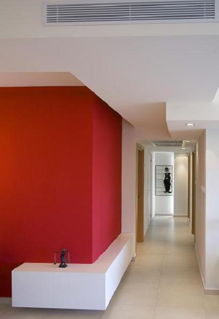 בצבע עם גימור משי פני הקיר יותר חלקים, והגימור נראה יותר מבריק, מסדרון בעיצוב אדריכלית הפנים הילית קרש