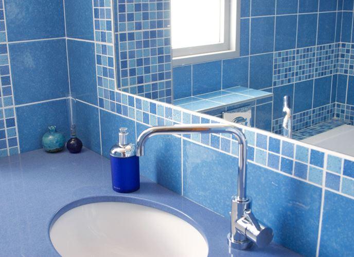 """""""גבס ירוק כולל תוספים מיוחדים הדוחים רטיבות ומים"""",כיור בגווני כחול בעיצוב אילנה דוד -סטודיו איילין"""