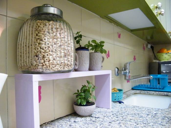 בהתאם לצרכים של דיירי הבית, הוצב מדף אחד בשטח שליד הכיור ושני על דלפק האוכל, (צילום: שקט, מצלמים)