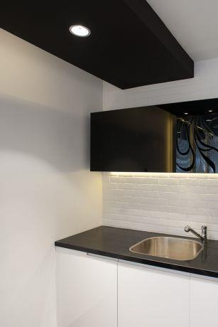 עיצוב מספרה בדגש על חיפוי הקיר והארון בעיצוב ותכנון Niego design