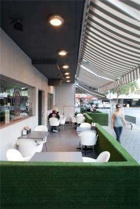 חצר של מסעדה תל אביבית בסגנון מודרני וצעיר של Niego Design