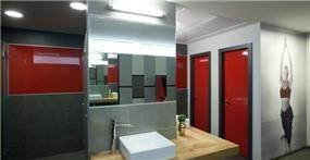 שרותים בשילוב גווני אפור ואדום, עיצוב סטודיו Niego Design