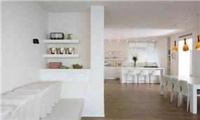 מבט למטבח מכיוון הסלון