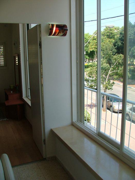 חלון המביט מחוץ לבית