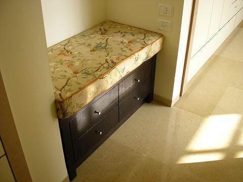 רהיט ישיבה עם מגירות בחדר שינה