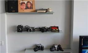 מדפי זכוכית להצגת אוסף פרטי של הזוג, סטודיו BENE