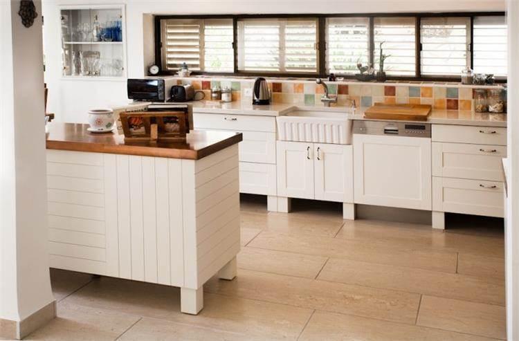 מבט על אי ומטבח - בית פרטי בעתלית