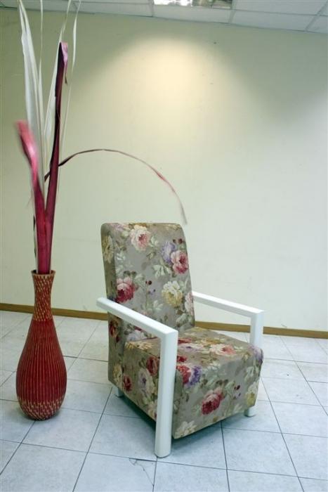כורסא עם שילוב עץ בצבע אפוקסי