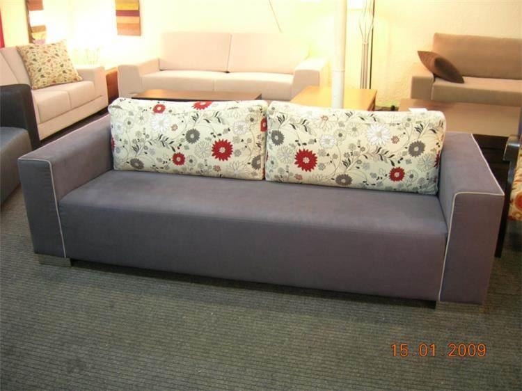 ספה בשילוב כריות פרחים