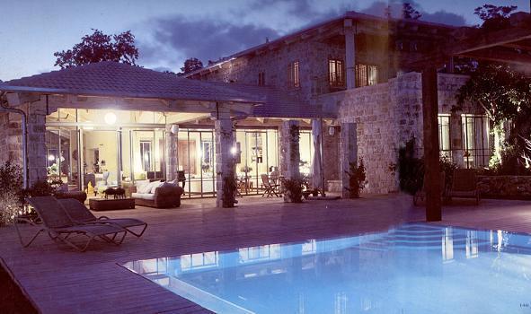 מבט מכיוון החצר והבריכה אל פנים הבית - יונתן מונג'ק אדריכלים, צילום שי אדם, מתוך ספרה של אורלי רובינזון - יונתן מונג'ק