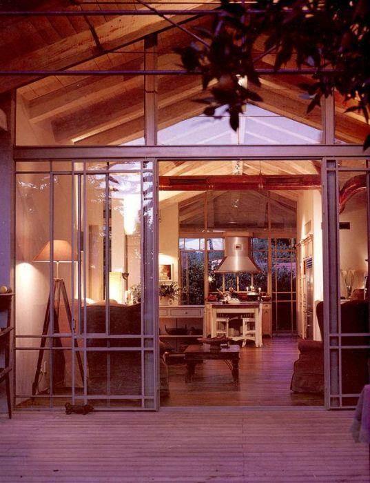 יציאה לחצר - יונתן מונג'ק אדריכלים, צילום שי אדם, מתוך ספרה של אורלי רובינזון - ''יונתן מונג'ק''