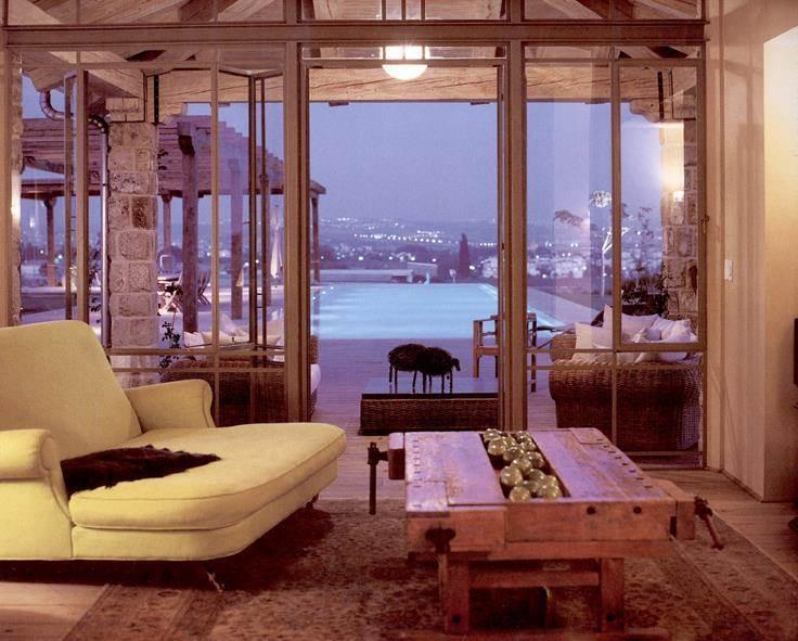 חלל מגורים המשקיף לבריכה - יונתן מונג'ק אדריכלים, צילום: שי אדם, מתוך ספרה של אורלי רובינזון - יונתן מונג'ק