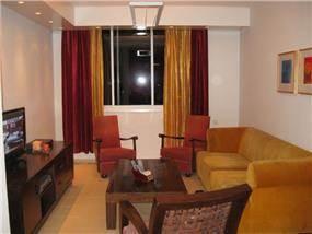 """דירה בגבעתיים, 85 מ""""ר, השבחת נכס. מבט לסלון החדש והריהוט הקיים."""
