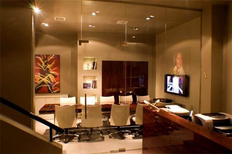 משרד בתל-אביב, מבט מדלפק הכניסה אל עבר חדר הישיבות.