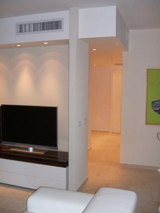 """דירה בתל-אביב, 105 מ""""ר, הצצה מהסלון לעבר המסדרון."""