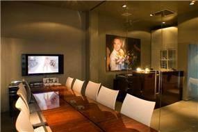 משרד בתל- אביב, חדר ישיבות משקיף אל הכניסה ועמדת המזכירה.