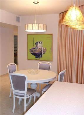 """דירה בתל-אביב, 105 מ""""ר, מבט מדלפק כניסה אל פינת האוכל והמסדרון."""