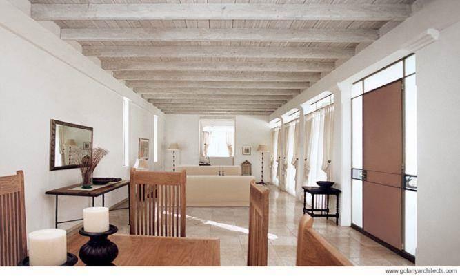 סלון מוארך עם תקרה מעץ
