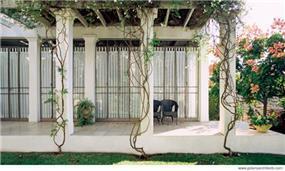 פרגולה המקיפה את החצר הפנימית