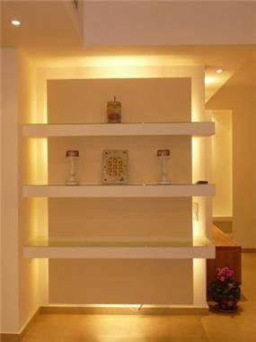 חלל הכניסה קיר עם תאורה היקפית ומדפים מגבס, עיצוב סיגל נייגרציק אבירם
