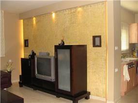 קיר סטוקו זהב עם תאורה צידית נסתרת, עיצוב סיגל נייגרציק אבירם