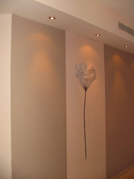 טפט על קיר עם תאורה עליונה, עיצוב סיגל נייגרציק אבירם