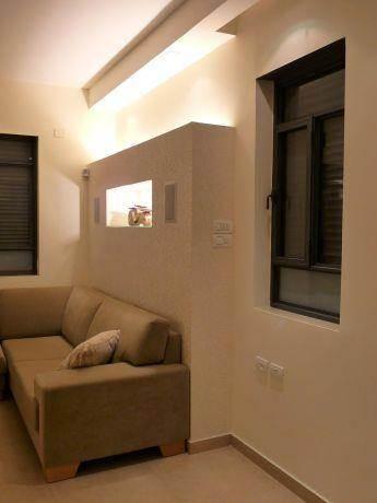 תאורה נסתרת מאחורי הספות כולל רמקולים שקועים, עיצוב סיגל נייגרציק אבירם