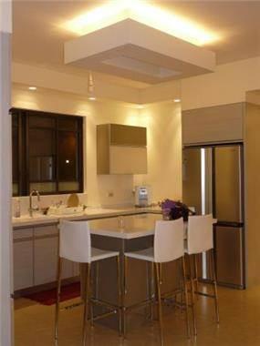 חלל המטבח עם אי כסאות בר בצבע לבן, עיצוב סיגל נייגרציק אבירם