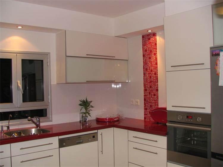 מטבח בשילוב לבן ואדום, עיצוב סיגל נייגרציק אבירם
