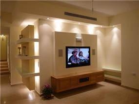 קיר פלזמה בסלון עם תאורה סמויה, עיצוב סיגל נייגרציק אבירם