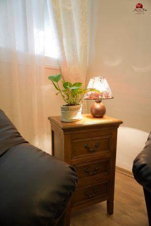פינה מוארת בחדר המגורים בסגנון כפרי לאוירה חמימה. אירית כחלון-sol de vida