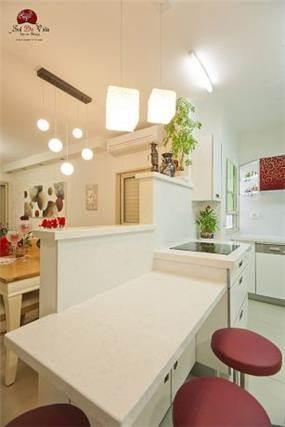 מטבח לבן עם נגיעות אדומות בעיצוב אירית כחלון