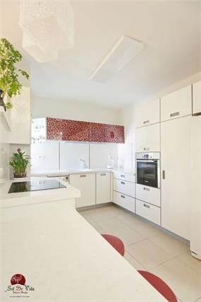 מטבח לבן עם נגיעות בגוון אדום, אירית כחלון-sol de vida