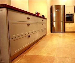 מטבח לבן בבית פרטי בבת חפר בתכנון האדריכל ניצן הורוביץ