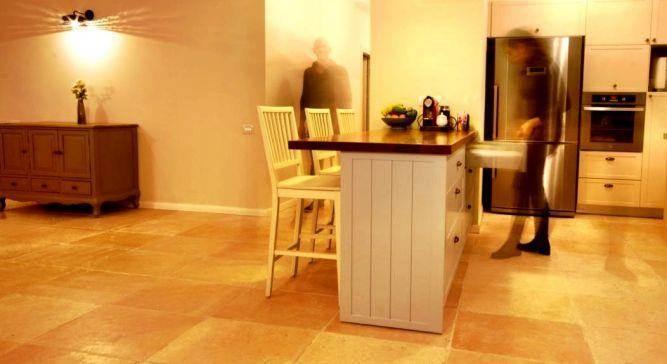 מטבח לבן בסגנון כפרי בתכנון האדריכל ניצן הורוביץ