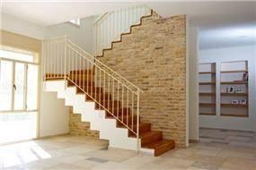 מדרגות עם חיפוי עץ, עיצוב ניצן הורוביץ