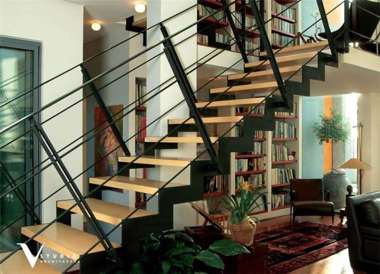 גרם מדרגות בחלל המגורים בתכנון גיא וליקסון ודודי עזוז